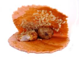 たこせんの作り方 レシピ 2 たこせん せんべいの真ん中にテコで割れ目をいれる。 ソースを全体に塗り 片方にたこ焼きをおき、  上からてんかす(揚げ玉)、マヨネーズ、